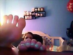 Gone with scarlett 12 feet - showing her soles while gaming